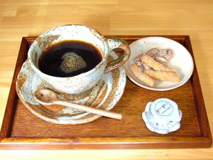 陶芸教室で体験後は、常滑焼き物に囲まれてお茶を飲んで、ほっとひとやすみ