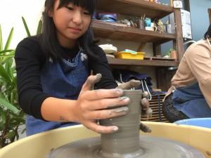 子供の陶芸体験風景
